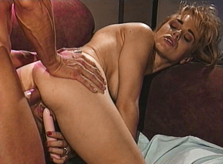 Sweet blonde Enjoys obtaining pumped at the same time Inserting sex toy In Pussy