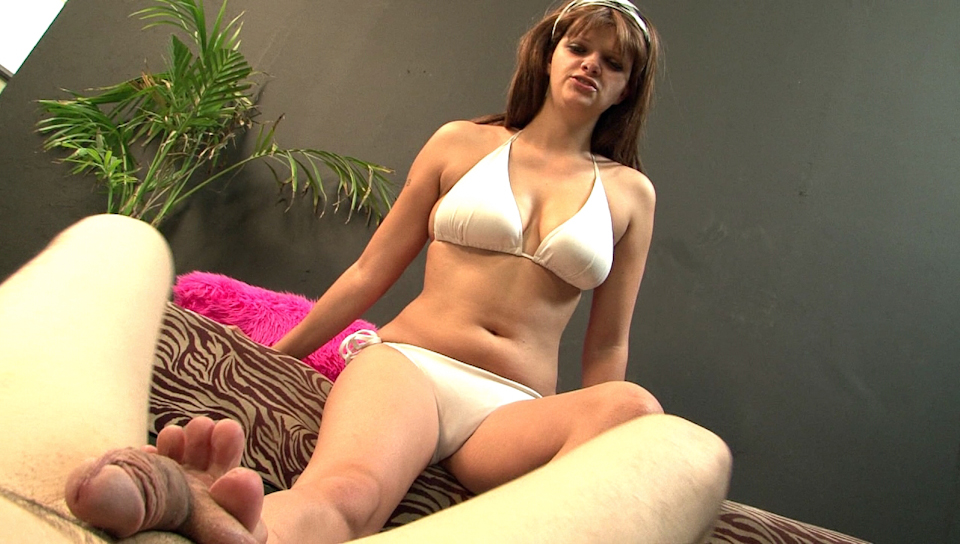 Brunette girl getting a foot fetish in bed and do a blowjob