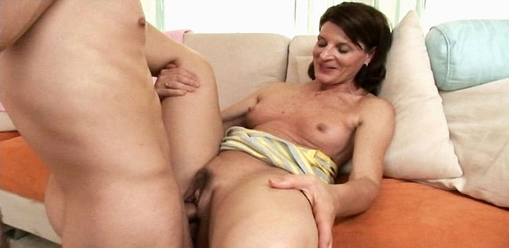 Nice MILF invites a friend to have a good fuck in her house 