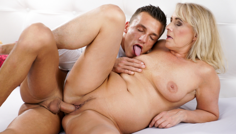 Hot blonde granny Jana gets fucked in her pussy