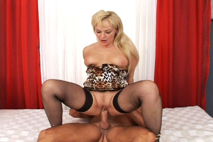 Sexy MILF enjoy sex so much she's squirting when fucked hard