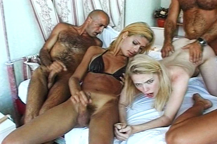 Kelly having a sex party with guys and cute trannys here!
