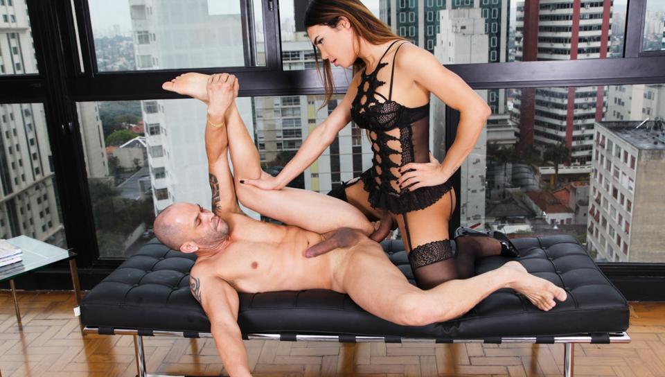 Hot brazilian TS Kalliny Nomura fucks with a hot stud
