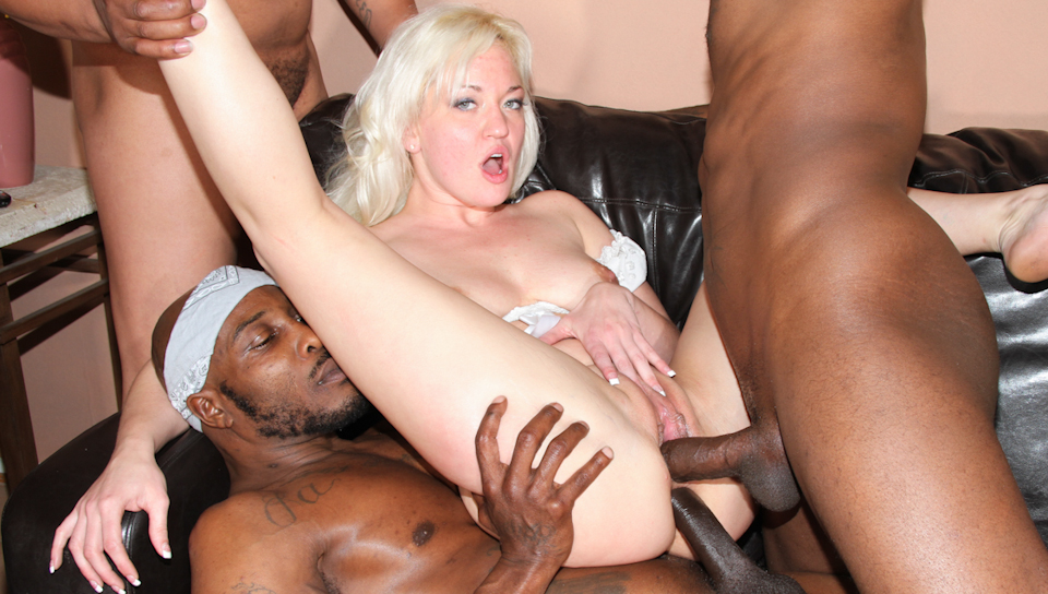 Strip-teaseuse blonde se son cul gangbanged par grosses bites noires