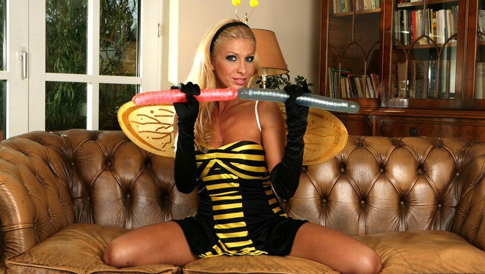 A bee penetrated herself in various ways helping by 3 dildos