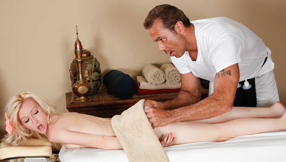 vrouw neukt jongen happy enging massage