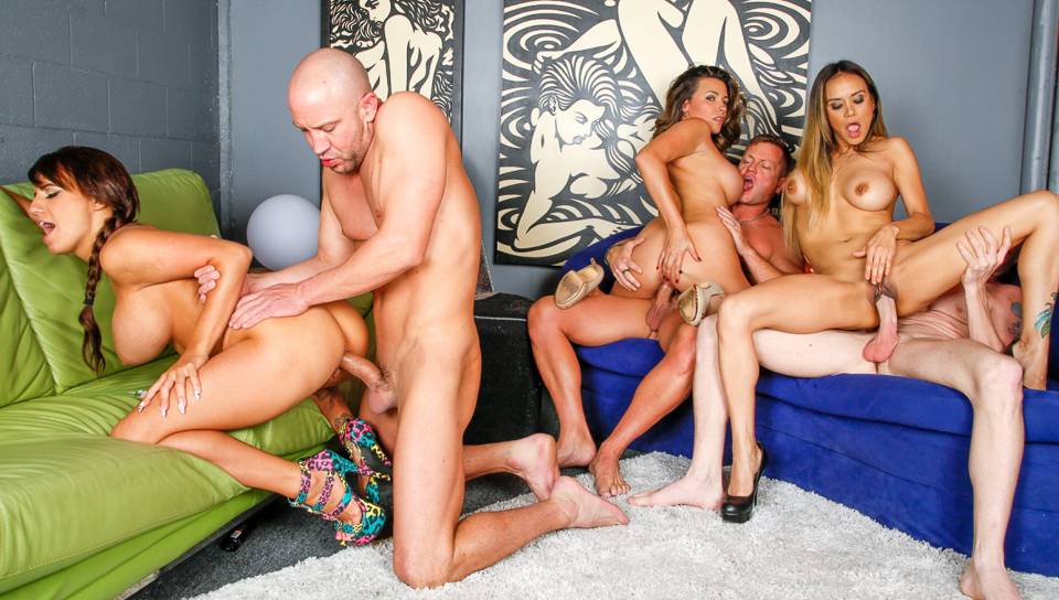 Three guys sharing three hot blondes chicks in a night club!