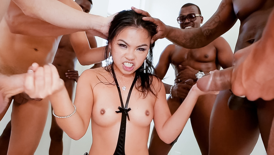 Cindy starfall a sa gorge dominer par huit monster cocks