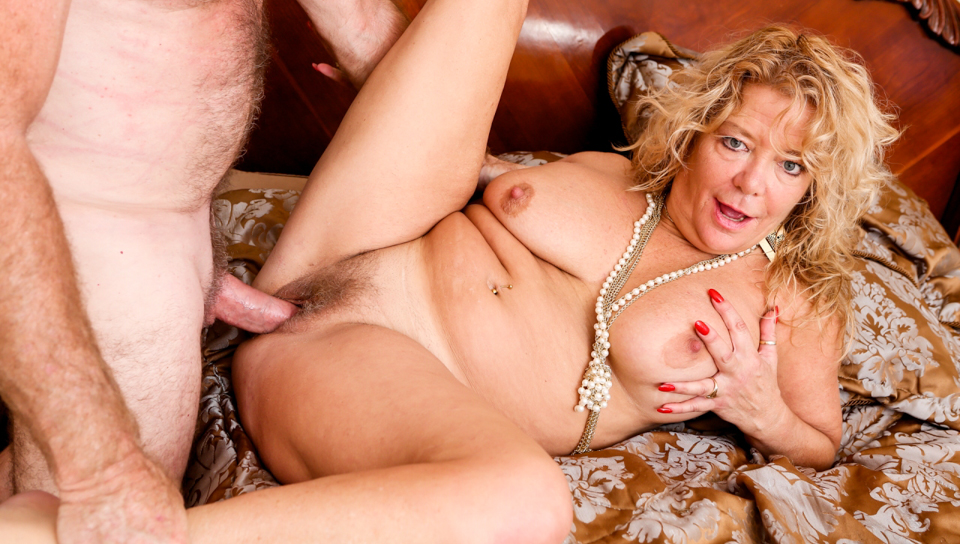 Horny Karen opens her wet lips for some deep pussy pounding.