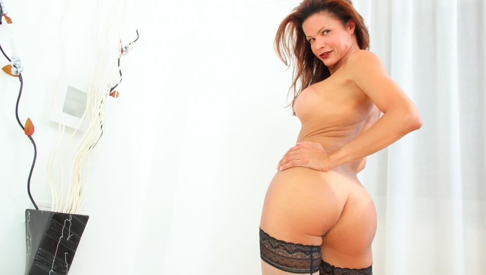 Latina trans susy balance sa grosse bite et crèmes -le!