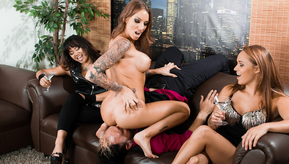 Juelz Ventura face sits on her bf in front of her friends