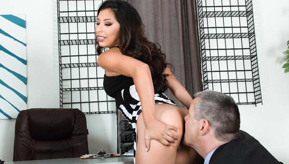 The new Latina secretary makes her boss worship her ass
