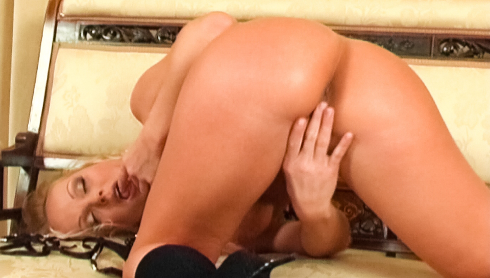 Gorgeous Silvia Saint masturbates while covered in pearls