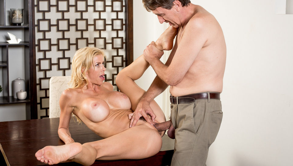 Alexis Fawx welcomes the new neighbor with her pussy.