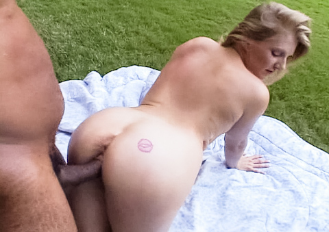 White mature whore enjoys being fucked outdoors by black rod