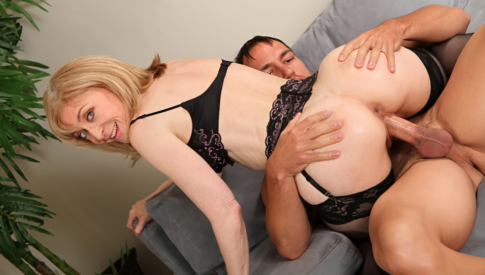 Super horny MILF gets her tight pussy fucked by younger dude