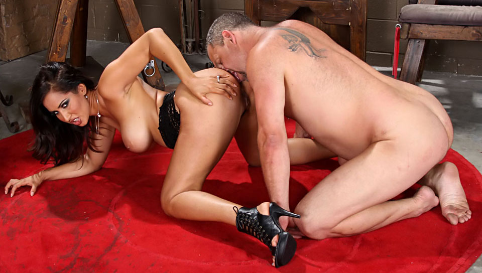 Hot goddess Isis satisfies her ass with her slave's face !