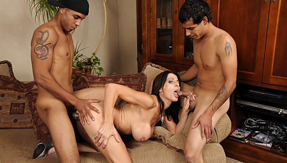 Hot MILF gets her two boyfriends to get in a hot threesome !video