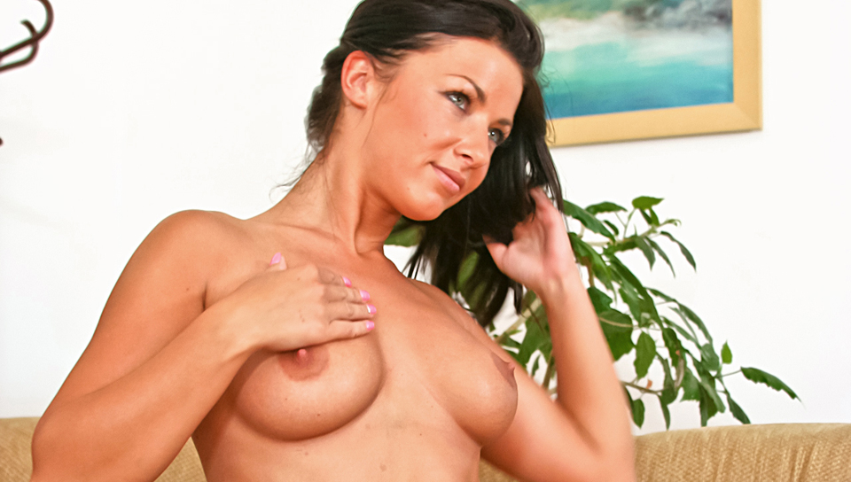 Tea Jul shows off her sexy body with nice tits to Silvia