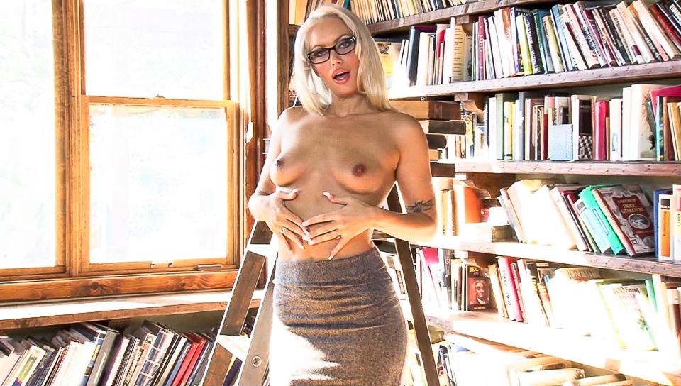 Sexy blonde milf Savannah Snow gives a nice striptease!
